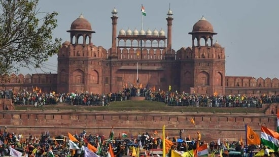 Demonstrators at Red Fort during the farmers' tractor rally on Republic Day.(Sanjeev Verma/HT Photo)