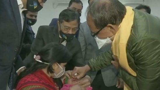 Madhya Pradesh chief minister Shivraj Singh Chauhan administering polio drops to a toddler in Bhopal. (ANI Photo)