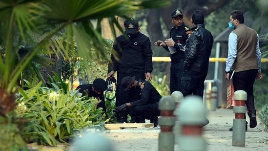 Explosives experts of the National Security Guard look for remnants of the ammonium nitrate-based bomb that went off near the Israel embassy in Delhi on Friday(HT Photo )