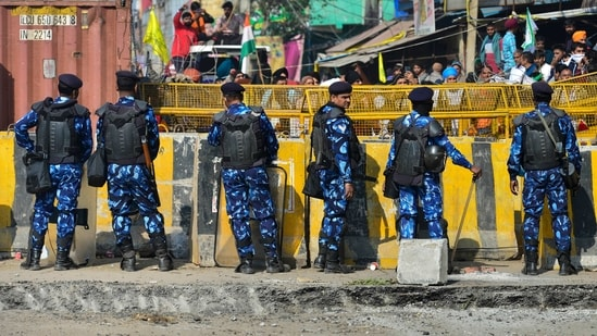 Apart from farmers, people travelling between Delhi and Haryana also faced problems because of the police blockade.(PTI)