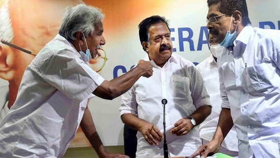 Former chief minister Oommen Chandy, opposition leader Ramesh Chennithala and KPCC president Mullapally Ramachandran during a press meet.(PTI)