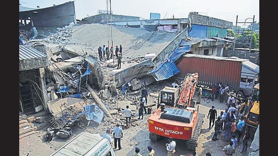 Rescue operations underway at the collapse site. (Praful Gangurde/HT)