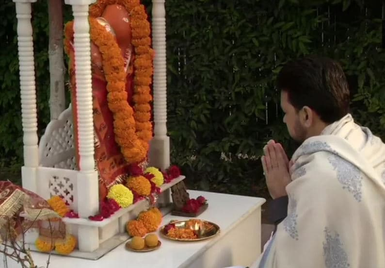 Minister of state, finance, Anurag Thakur offers prayers at his residence ahead of Union Budget 2021. Photo: ANI