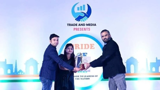 Chief Guest Suniel Shetty presenting the award