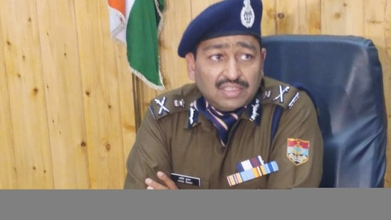 DGP Ashok Kumar addressing the media on Tuesday at police headquarters in Dehradun.(HT Photo)