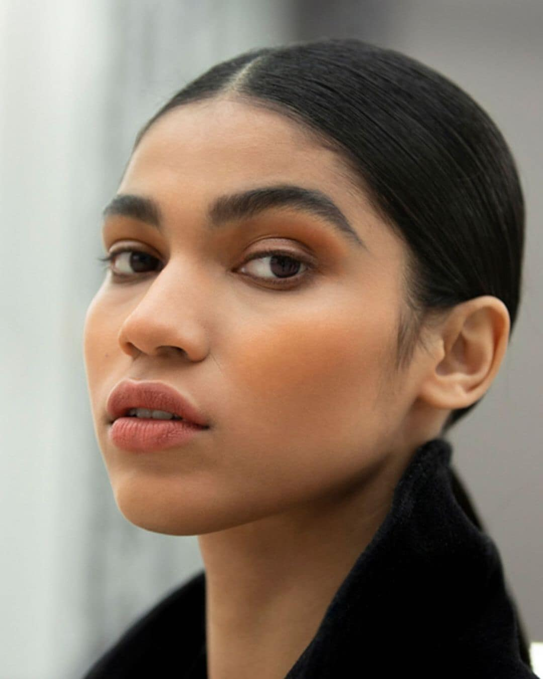 Soft and smokey. Model @RaynaraNegrine takes a final pause before heading down the CHANEL Spring-Summer 2021 Haute Couture runway. Girls were given a boyish and lived-in look with strong brows and soft smokey eyes for the show makeup. (Photo: Instagram/Chanel.beauty)