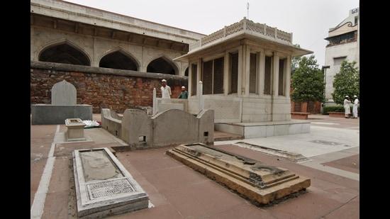 Mirza Ghalib's grave in Nizammudin, New Delhi. (Sanjeev Verma/HT Archive)