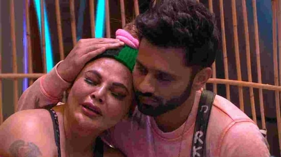 Rakhi Sawant cries and Rahul Vaidya consoles her.(Colors)