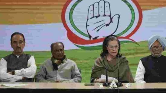 Congress president Sonia Gandhi with Ghulam Nabi Azad, A K Antony, Manmohan Singh.(Vipin Kumar/HT PHOTO)
