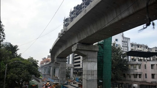 Ongoing metro work in front of SNDT college, Kothrud in Pune. (HT PHOTO)