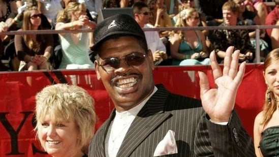 Spinks, with a big grin that often showed off his missing front teeth, was popular among boxing fans. (Reuters)