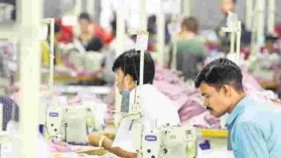The union skill development ministry has chalked out a plan to train at least 300,000 migrant workers(Hemant Mishra/Mint)