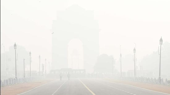 A view of India Gate on a smoggy morning in New Delhi, on February 8. (Arvind Yadav/HT photo)