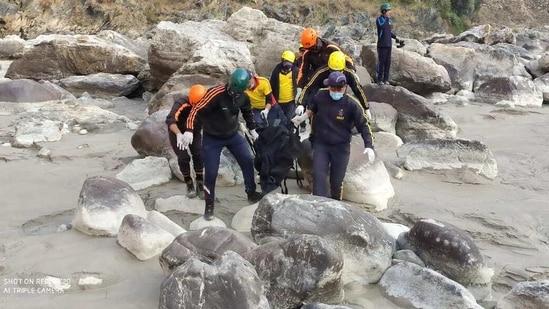 SDRF men retrieving a body from Alaknanda river on Wednesday.(HT PHOTO)
