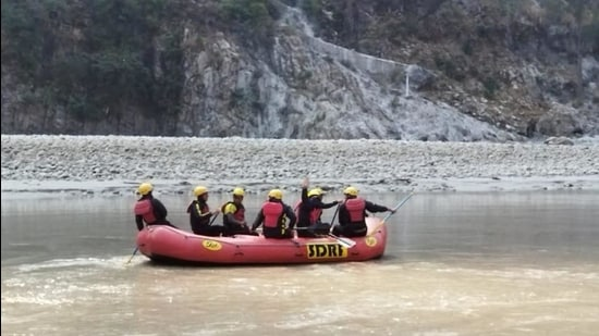 SDRF team with underwater sonar system conducting a search operation for bodies in waters of Srinagar dam on Thursday. (HT photo)