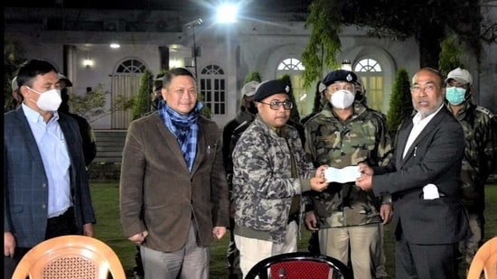 Manipur CM N Biren Singh handing over a cheque of <span class='webrupee'>₹</span>10 lakh to the Imphal East District Police team in Imphal on Friday. (PHOTO: DIPR Manipur).