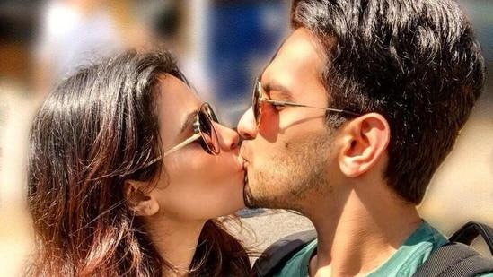 Aditya Narayan and Shweta Agarwal share a passionate kiss on Kiss Day.