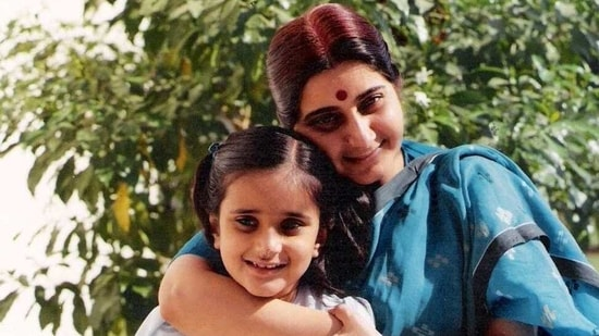 Sushma Swaraj with daughter, Bansuri Swaraj. (Twitter: @BansuriSwaraj)