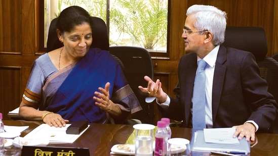 File photo of finance minister Nirmala Sitharaman with RBI governor Shaktikanta Das. The central bank had pledged to support the government's <span class='webrupee'>₹</span>12 trillion borrowing programme. (HT Photo)