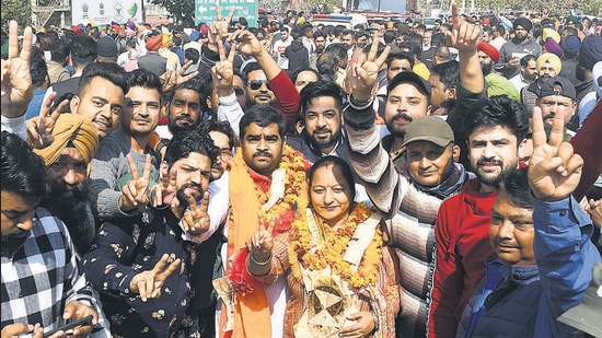 Congress' Shivani Chanda, the winning candidate from Kharar's ward number 21, celebrating with her supporters on Wednesday. No party managed the magic figure of 14 even as Congress emerged as the single-largest party in the 27-member council. (HT Photo)