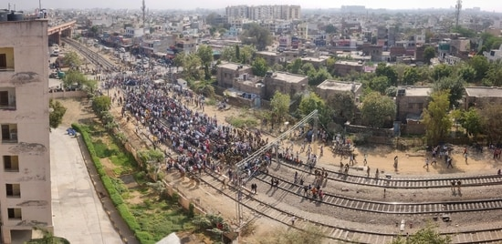 Farmers affiliated to the Samyukt Kisan Morcha block rail tracks at Jagatpura railway crossing in Jaipur on Thursday to press for the repeal of three farm laws.(Himanshu Vyas/HT PHOTO)