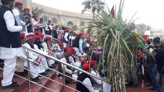Samajwadi Party leaders protesting outside UP Assembly on Thursday.(HT Photo)