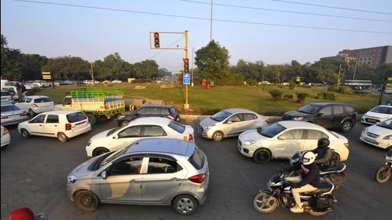 Issues related to traffic congestion including the mass rapid transport system, construction of an outer ring road and another route to the Chandigarh International Airport, have been deliberated upon on several occasions, but with no concrete results came out. (HT FILE PHOTO)
