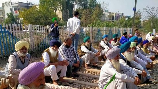 Farmers sitting on railway tracks near sector 19 in Panchkula (HT Photo)