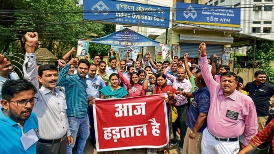 About 10 lakh bank employees and officers under the banner of United Forum of Unions consisting of nine unions AIBEA, AIBOC, NCBE, AIBOA, BEFI, INBEF, INBOC, NOBW, NOBO are agitating against government's proposal, AIBEA said in a statement.(PTI file photo)