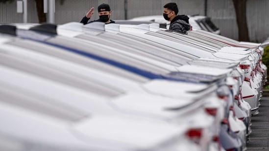 Customers wearing protective masks look at Honda Motor Co. vehicles for sale at an AutoNation car dealership in Fremont, California, US. (Bloomberg/ Representative Image)
