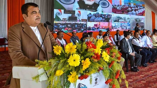 Gadkari suggested that use of electric vehicles should be made mandatory for all government officials.(PTI)