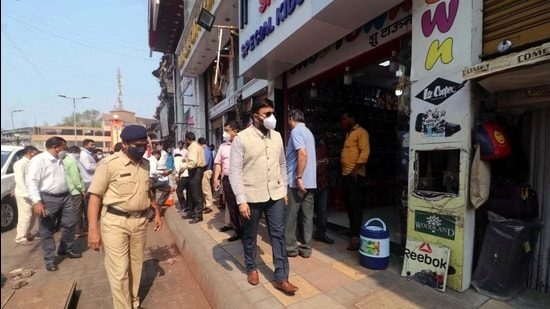 Kalyan-Dombivli Municipal Corporation (KDMC) chief, Vijay Suryavanshi, conducted a surprise check at crowded places like markets and shops to survey the situation. (Rishikesh Choudhary/HT photo)