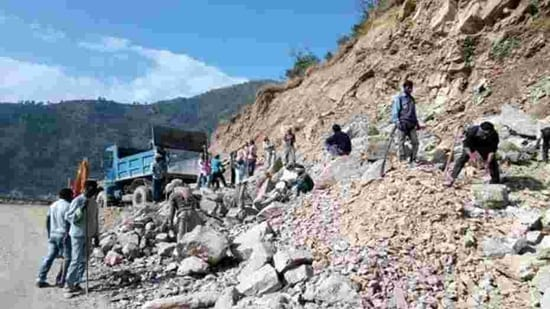 The HPC recommended that the width of the Char Dham road project should be 5.5 metres instead of 7.5 meters being constructed by state's public works department (PWD )to Supreme Court in third week of July 2020.(HT file photo)
