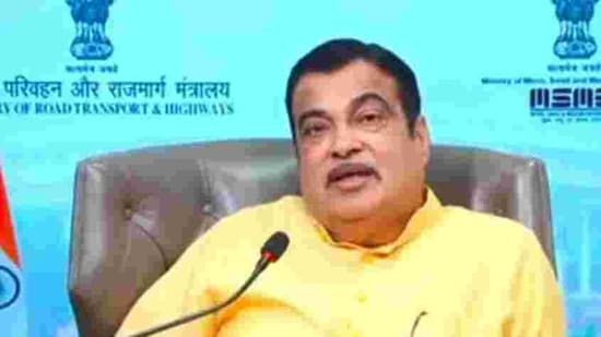 Gadkari further informed that while construction of 841 kilometres roads worth <span class='webrupee'>₹</span>4793 crore has been completed since 2014-15 in Telangana, work is going on for construction of another 809 kilometres at a cost of <span class='webrupee'>₹</span>13,012 crore.(HT Photo)