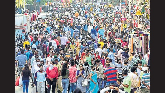 Citizens crowd Ranade Road in Dadar for shopping on Sunday. Starting Monday, the police can fine citizens <span class='webrupee'>₹</span>200 for not wearing masks. (Anshuman Poyrekar/HT Photo)