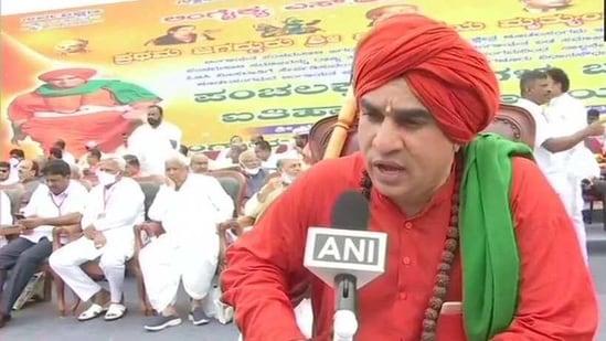 J Mruthyunjaya Swami speaks to the press during the rally. (ANI/Twitter)