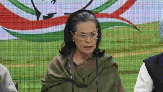 Congress president Sonia Gandhi lashed out at the government over soaring fuel prices and asked the Centre to alleviate the concerns raised by protesting farmers.(Vipin Kumar/HT PHOTO)