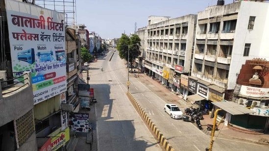 Deserted Rajkamal chowk area in Amravati as 36 hours of lockdown from Saturday 08:00 PM to Monday 08:00 AM is declared in the Amravati district.(HT Photo)