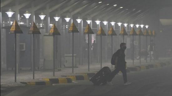 New Delhi, India - Nov. 10, 2020: A passenger arriving at Terminal 3 of IGI Airport amid heavy smog in the early morning hours, in New Delhi, India, on Tuesday, November 10, 2020. (Photo by Vipin Kumar/ Hindustan Times) (Vipin Kumar/HT PHOTO)