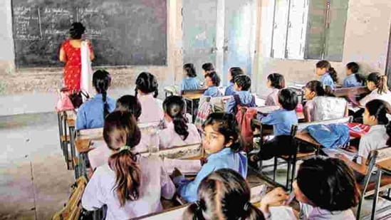 Presently, schools in Bihar are functioning for students of classes 6 to 12 with 50% strength and Covid-19 preventative measures.(HT File)