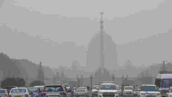 Vehicles ply amid a dense layer of smog at Rajpath, in New Delhi.(HT Photo)