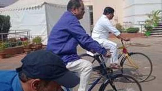 Congress legislators cycling to state assembly in Bhubaneswar. (Photo@bhalubh55)
