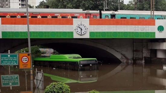 The Minto bridge underpass lies at the key traffic junction of Deen Dayal Upadhyay (DDU) Marg and Swami Vivekananda Marg (formerly Minto Road) and leads to Connaught Place on one side and New Delhi station, Old Delhi and Daryaganj on the other.(Arvind Yadav/HT PHOTO)