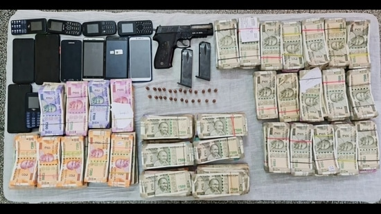 The seized cash and weapons. (HT Photo)