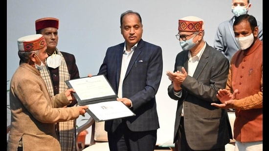 Himachal Pradesh chief minister Jai Ram Thakur honouring IIT Mandi for its contribution on Wednesday. (Birbal Sharma/HT)