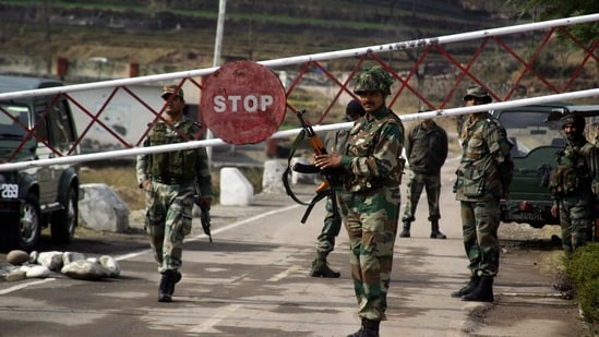 Indian army soldiers stand guarding at Chakan-da-Bagh outpost at Poonch. (HT Archive)