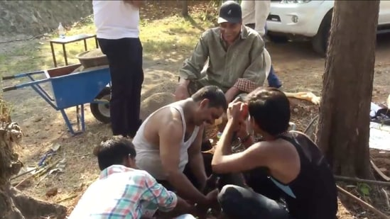Dharmendra paid a visit to some workers on his farm.