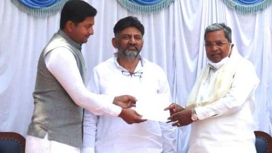 Sharath Bachegowda with Congres state president DK Shivakumar and former CM Siddaramaiah(HT Photo)