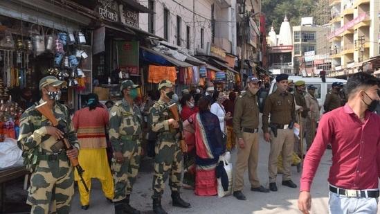 Mahakumbh Mela IG Sanjay Gunjiyal briefing Mela police paramilitary officers on Thursday in Haridwar.(HT Photo)