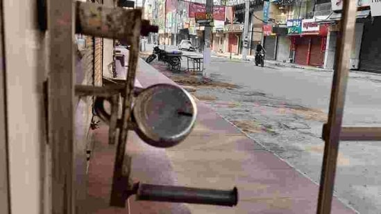 Commercial markets across the country will remain closed as over 40,000 traders' associations are taking part in the Bharat Bandh.(HT Photo)